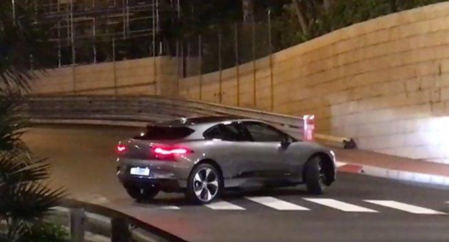 Серийный Jaguar I-Pace «попозировал» в Монако без камуфляжа