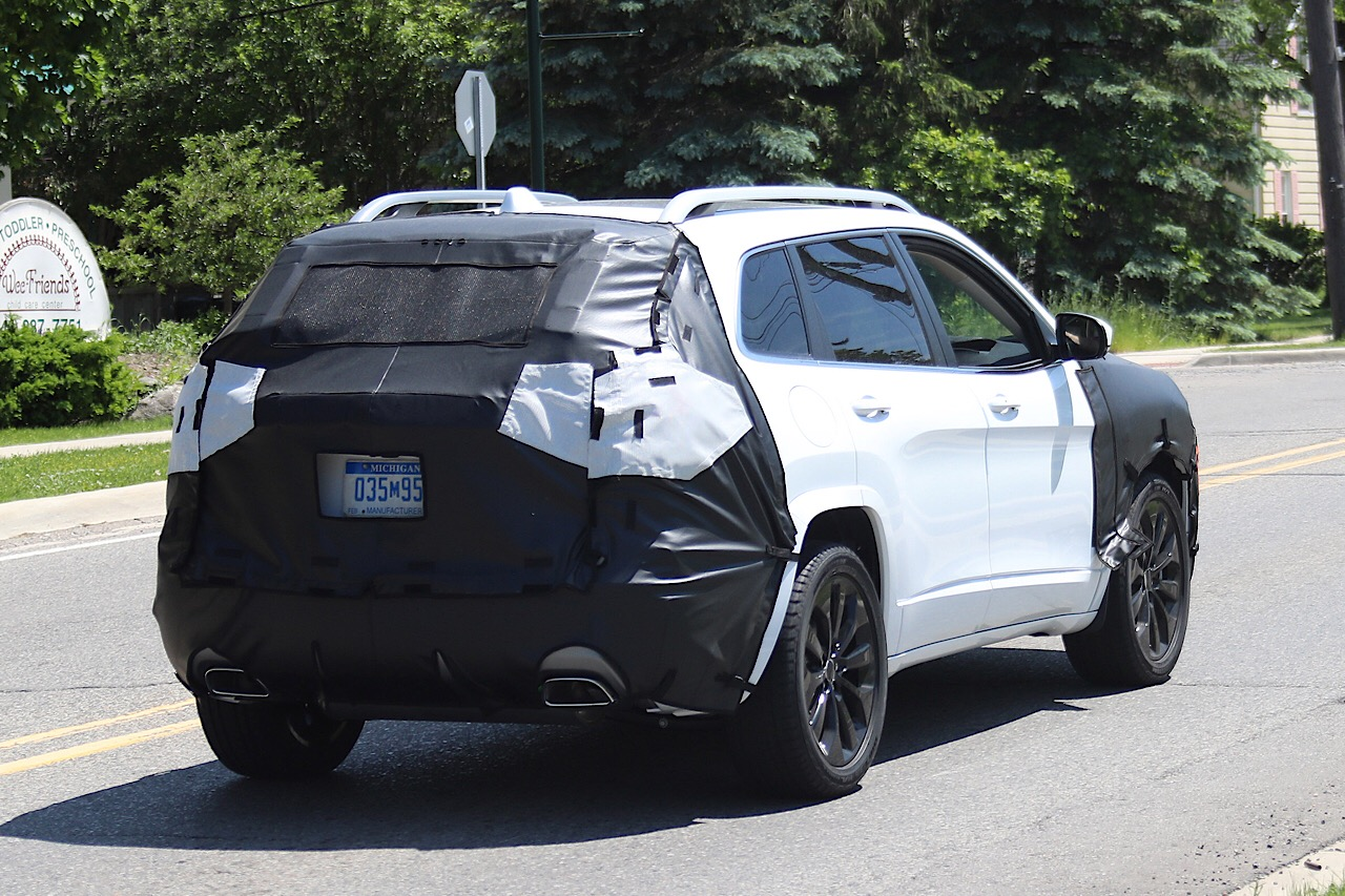 Прототип Jeep Cherokee ссерийной оптикой запечатлели фотографы