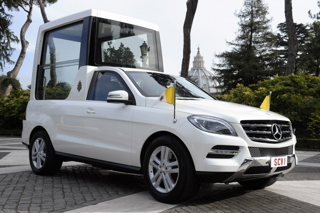pope-francis-handed-the-keys-to-the-popemobile-by-daimler-ceo-dr-dieter-zetsche_100432378_l