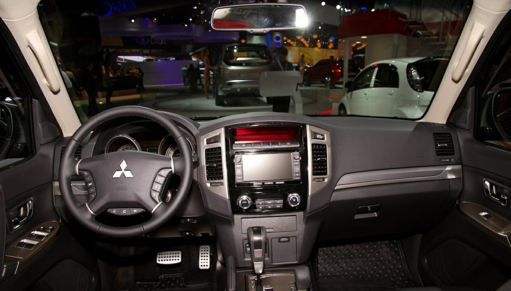 2015-Mitsubishi-Pajero-Facelift-at-the-2014-Moscow-Motor-Show-interior