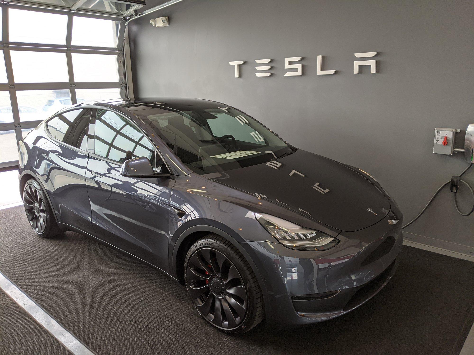Tesla начала поставки Model Y