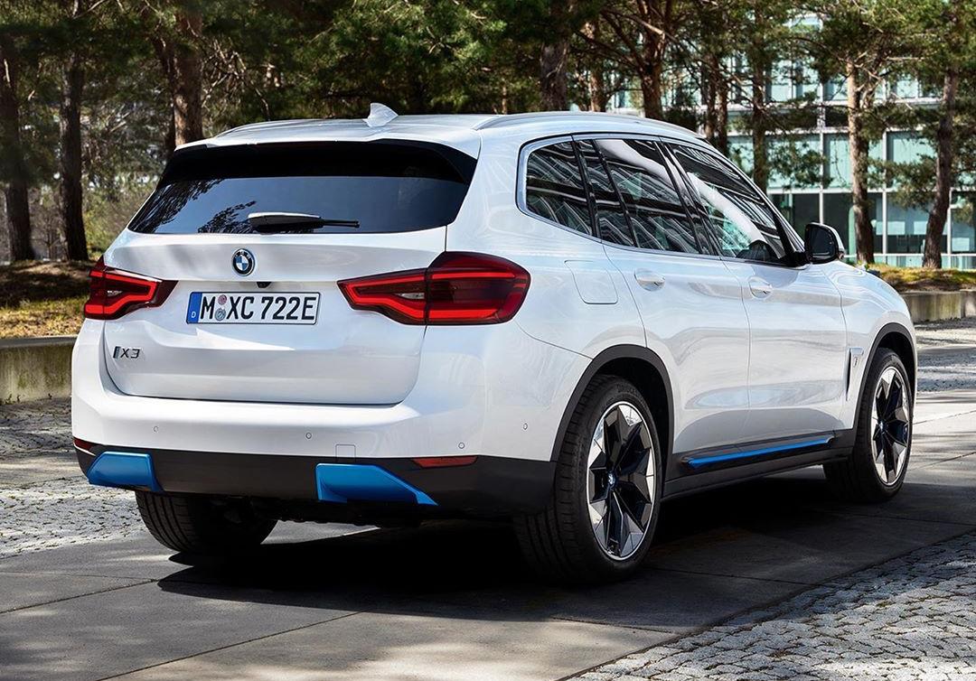 BMW iX3 фото сзади